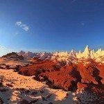 Une vallée avec dans le fond des montagnes enneigés
